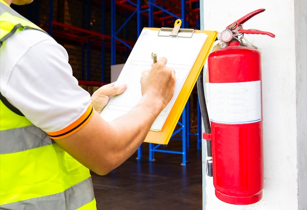 Инженер техник проверки огнетушителя записи в буфер обмена на складе