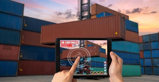 Инженер использует программное обеспечение дополненной реальности на грузовой контейнерной площадке