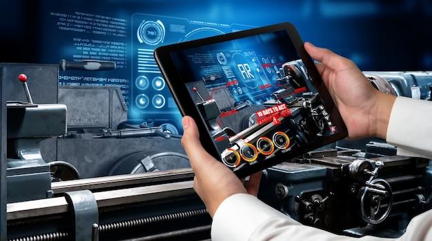 엔지니어는 스마트 공장 생산 라인에서 증강 현실 소프트웨어를 사용합니다.