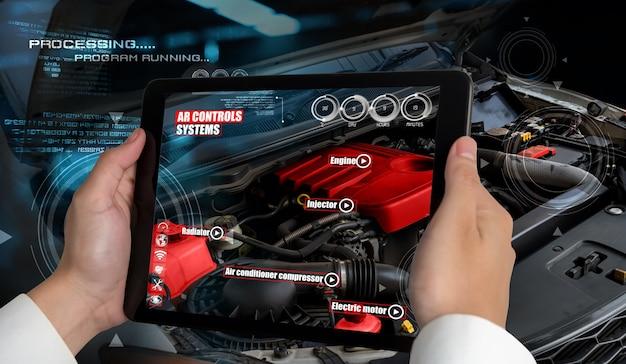 엔지니어는 증강 현실 소프트웨어를 사용하여 자동차 부품을 모니터링합니다.