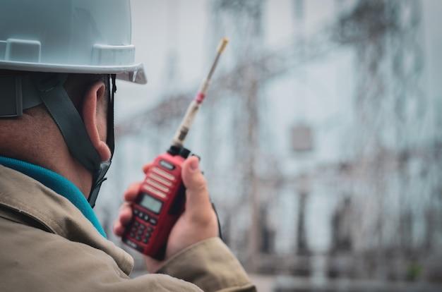 엔지니어는 직장에서 서로 통신하기 위해 라디오(워키 토키)를 사용합니다. 프리미엄 사진