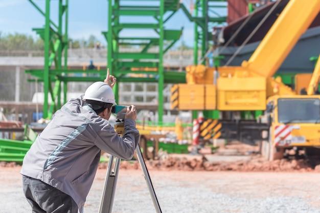 Инженер использует геодезическое измерительное оборудование