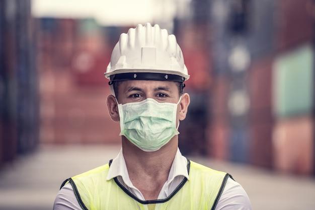 엔지니어 마모 마스크, 코로나 바이러스 또는 covid는 마스크없이 쉽게 퍼질 수 있습니다. 격리 된 마스크 처리 된 작업자는 바이러스 확산을 방지합니다.