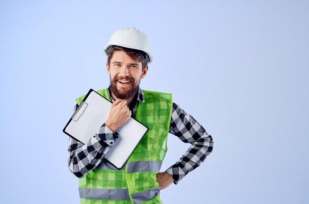 ドキュメントと図面の青写真の青い背景を持つエンジニア