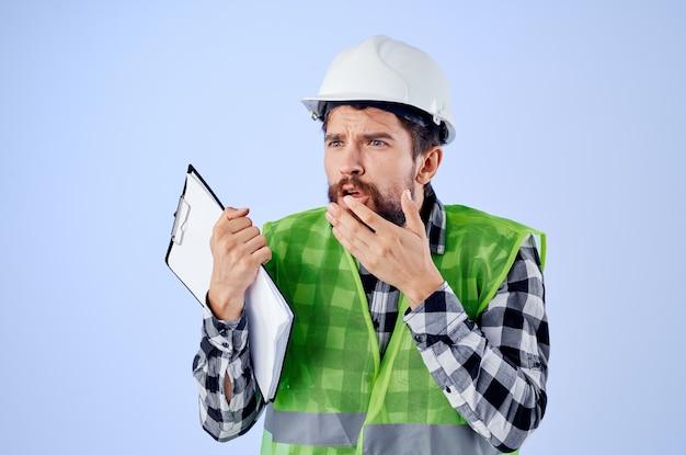 ドキュメントと図面の青写真の孤立した背景を持つエンジニア。高品質の写真