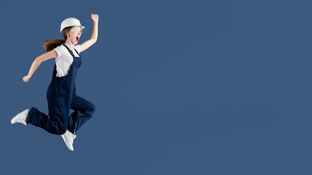 Donna dell'ingegnere che salta Foto Gratuite