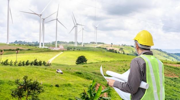 Инженер на строительной площадке ветряной электростанции