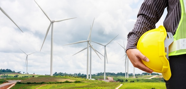 風力タービン発電所建設現場のエンジニア労働者