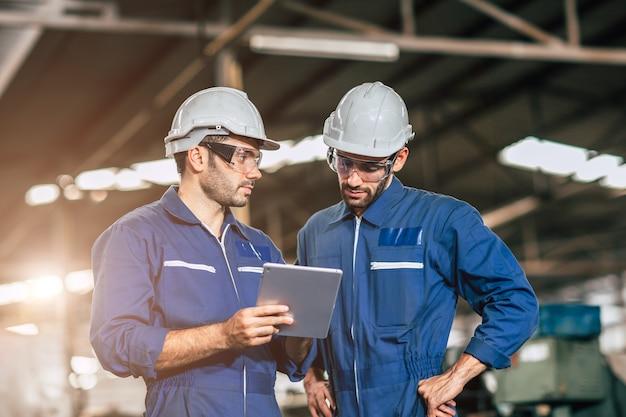 엔지니어 작업자 친구 팀 작업 토론은 중공업 공장에서 함께 지원하는 데 도움이 됩니다.