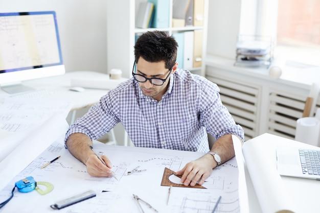 Инженер, работающий за столом