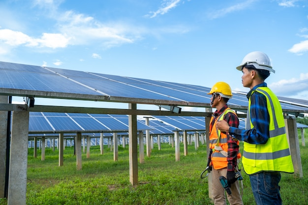 태양광 발전소, 태양광 발전소의 장비를 점검하여 생명을 위한 녹색 에너지 혁신을 하는 엔지니어.