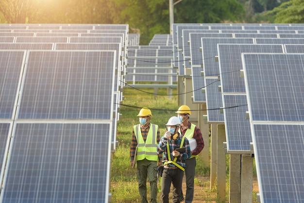 Инженер, работающий над проверкой оборудования на солнечной электростанции