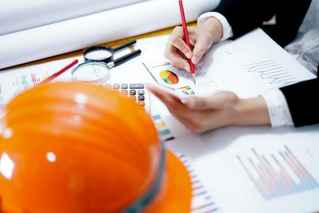 사무실에서 그래프 작업 프로젝트 회계 엔지니어.