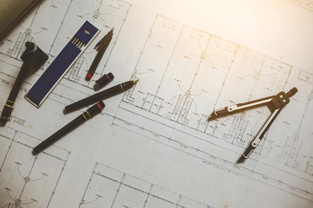 Инженерные и чертежные инструменты на столе
