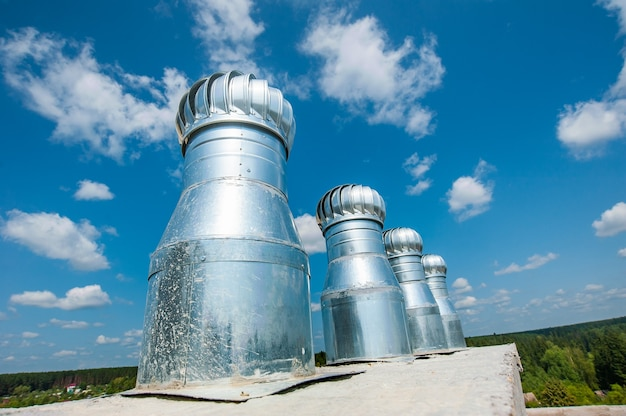 Инженерные коммуникации строящегося монолитного дома на фоне голубого неба