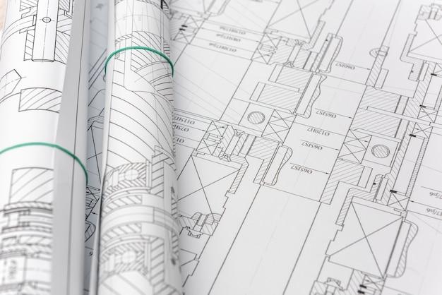 テーブル上のエンジニアリング図面。工学と科学