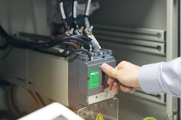 エンジニアリングハンドオフ電源回路ブレーカーは、電気キャビネットに取り付けられています。
