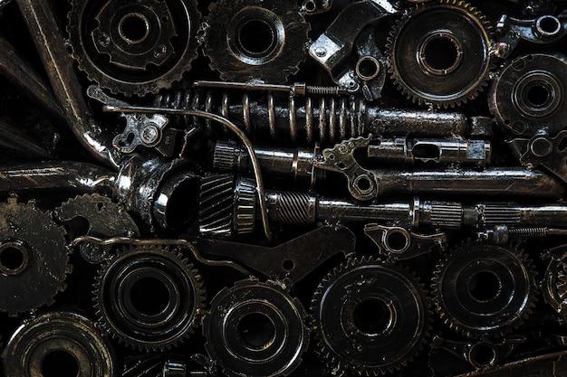 Инженерные части и шестерни с маслом на фоне