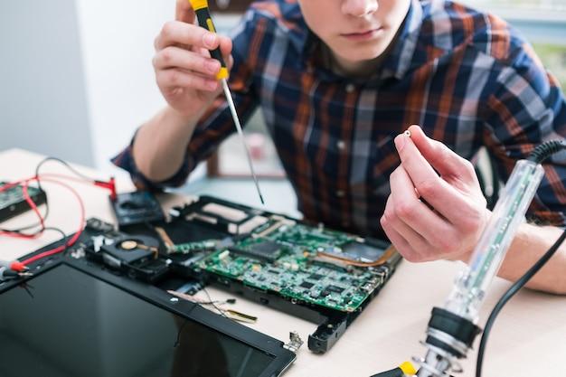 エンジニアリングトレーニングコース。コンピューター技術の知識。経験とスキルの習得