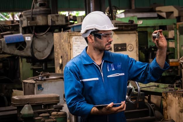 На заводе работают инженеры.