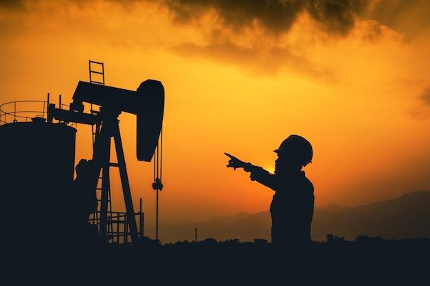 エンジニアと油田。全掘削探査。シルエット。