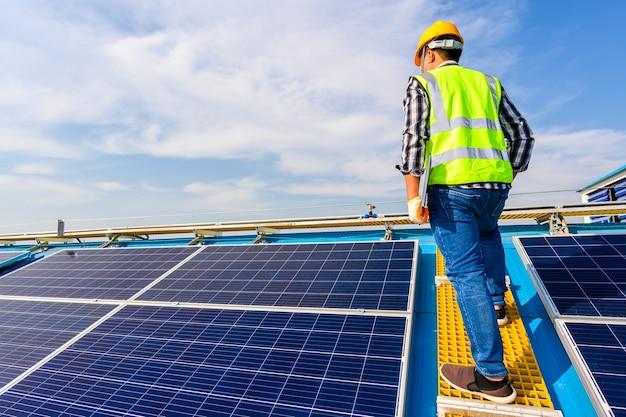 Инженеры изучают солнечные панели в установке на электростанции, где установлены солнечные панели, использующие солнечную энергию.