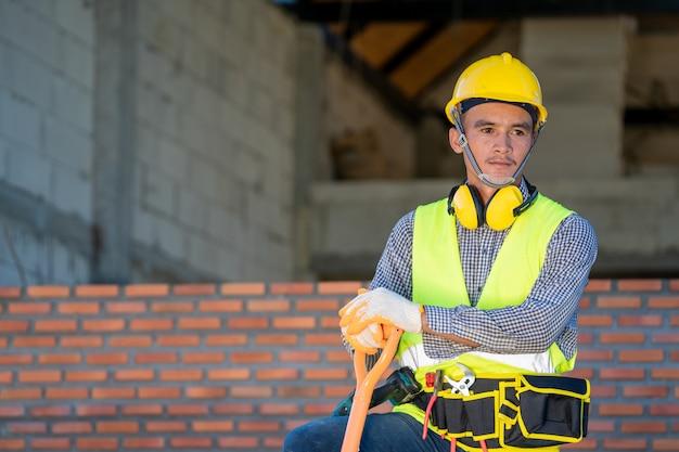 エンジニアは建設現場で作業し、生産プロセスをチェックしています。