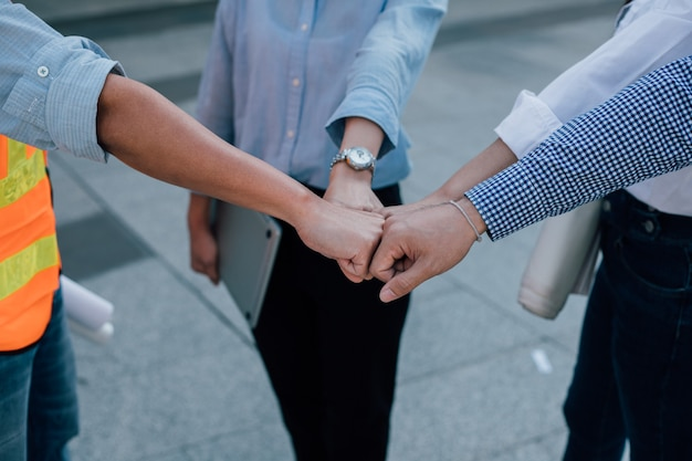 엔지니어 동료들이 손을 잡고 성공적인 프로젝트를 구축합니다. 팀워크 개념.