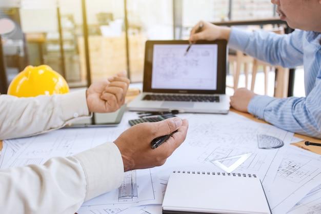 엔지니어들은 회의에서 건설을 완료 할 계획입니다.