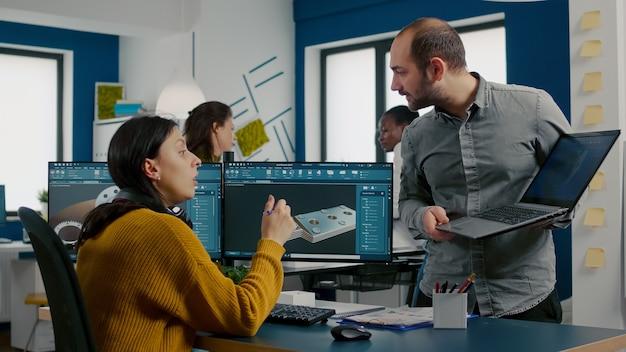 효율적인 모터 프로토타입을 혁신하는 cad 소프트웨어를 사용하여 pc와 노트북에서 앞에서 이야기하는 엔지니어...