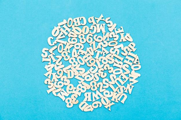 英語のアルファベット、青のさまざまな明るい色の文字