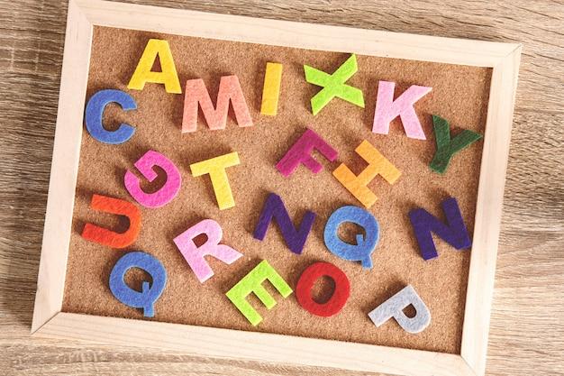ボード上の英語のアルファベットの場所、英語学習の概念