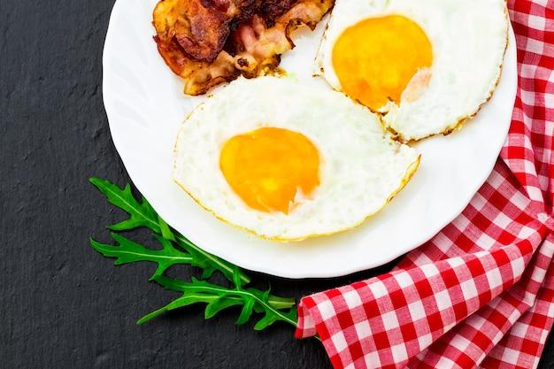 Английский завтрак - яичница и бекон. вид сверху.