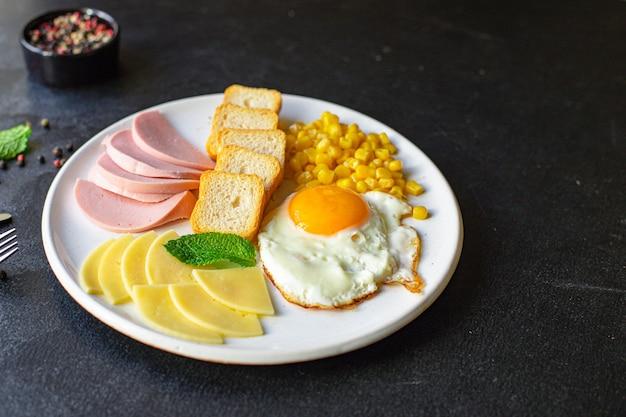 イングリッシュブレックファースト目玉焼きパントースト野菜コーンチーズなどテーブルですぐに食べられる