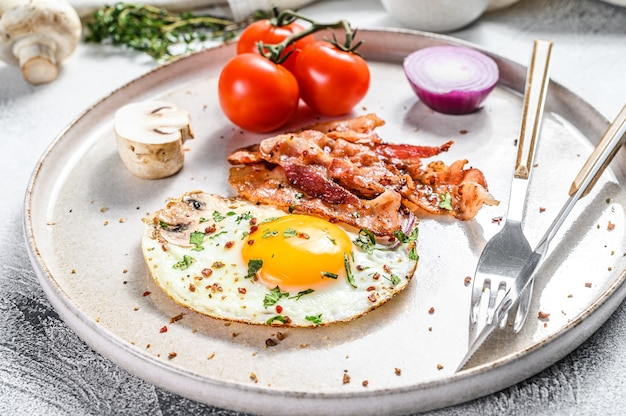 Английский завтрак, яичница, помидоры, грибы, бекон