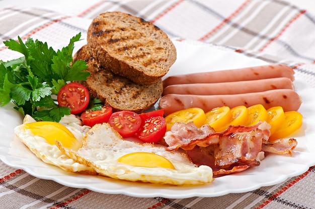 영국식 아침 식사-계란, 베이컨, 소시지 및 구운 호밀 빵