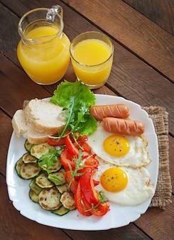 Английский завтрак - яичница, колбаса, цуккини и сладкий перец