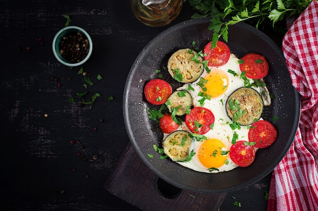 Английский завтрак - яичница, помидоры и баклажаны. американская еда. вид сверху, над головой, копией пространства