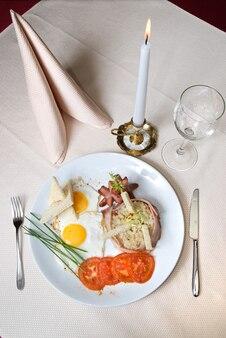 레스토랑에서 접시에 영국식 아침 식사