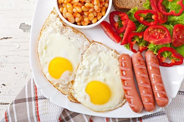 Английский завтрак - колбаски, яйца, бобы и салат