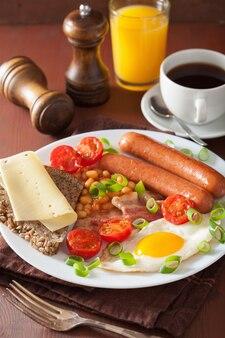 イングリッシュブレックファスト、目玉焼きソーセージ、ベーコン、トマト、豆