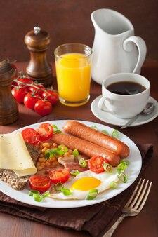 Английский завтрак с яичницей, сосисками, беконом, помидорами, фасолью
