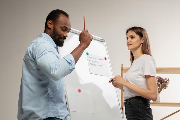 Курсы английского языка дома крупным планом руки учителя и ученика во время урока в интерьере