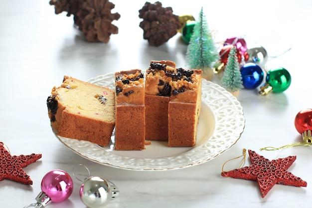 イングリッシュドライフルーツケーキ。アーモンド、ドライフルーツ、ナツメヤシ、砂糖漬けのフルーツと伝統的なクリスマスケーキ。クリスマスデコレーション付きの新年とクリスマスのフルーツケーキ
