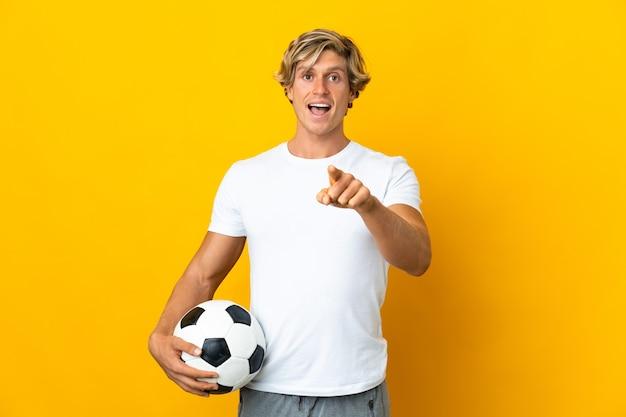 Английский футболист изолирован, удивлен и указывая вперед