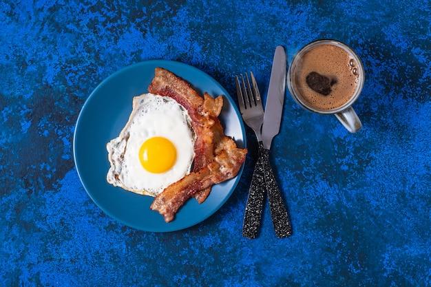 베이컨과 커피와 함께 영어 튀긴 계란.