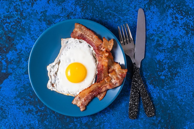 베이컨과 함께 영어 튀긴 계란.