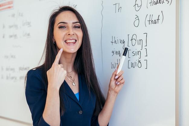 英語レッスンの先生が音の発音の仕方を教えてくれます。