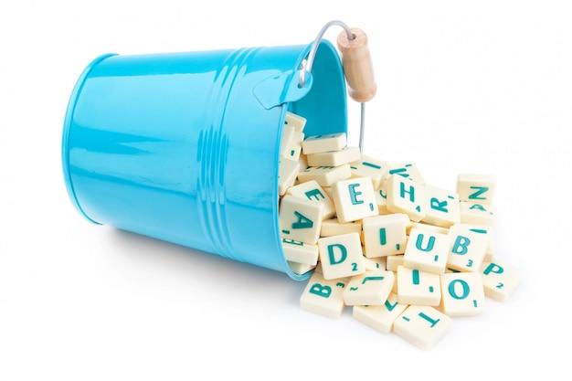 英語の手紙がバケツからこぼれる。教育のために。