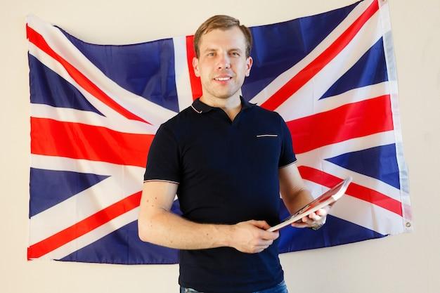 배경 영어에서 영국 국기와 함께 영어 남성 학생, 학습, 공부.